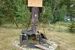 Vachatova rozhlednička s poničenými lavičkami. Foto: Ivana Berková