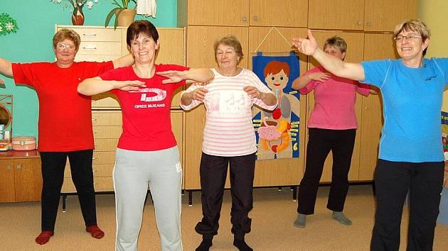 Hlubocké sokolky nemají čas stárnout.  Pravidelně se každý týden scházejí na hodině cvičení.