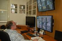 OPERÁTOŘI sledují záběry z kamer.