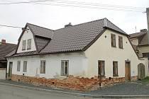 Dům u Bílků v Mrákově se rekonstruuje.