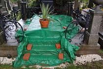 HROBKU NA DOMAŽLICKÉM HŘBITOVĚ, do níž vnikli a  prohledávali vykradači hrobů, musel  správce hřbitova zatím přikrýt plachtou.
