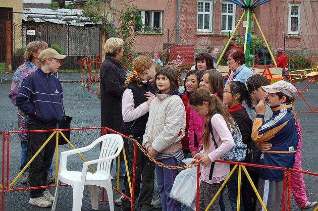 Děti si museli na vstup do skákacího hradu počkat ve frontě.