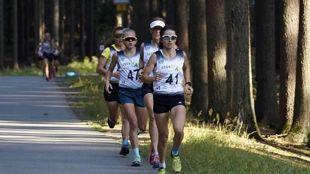 Česká reprezentantka v běhu na lyžích Kateřina Razýmová (v čele) dobře ví, že v zimě ve svém hlavním sportu zúročí naběhané kilometry z letního přípravného období.