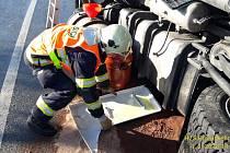 Nehoda kamionu komplikovala dopravu od pondělích 12:00 do úterních 00:30.