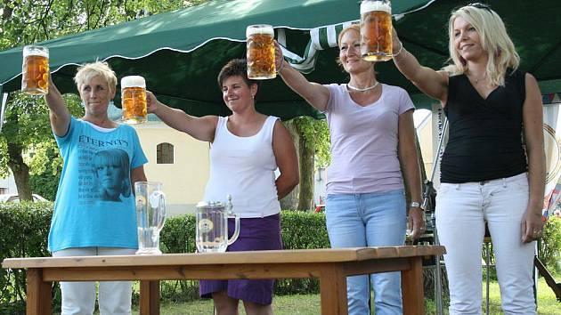 Nejdéle udržela tuplák piva v napnuté paži místostarostka Štichova Andrea Bauerová (druhá zleva).