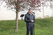 Z pietní akce u pamětní desky třetího odboje v parku pod Chodským hradem.