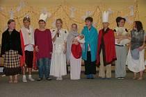 Žáci Základní školy Koloveč se školním dramatickým kroužkem bavili diváky tanečním vystoupením, vyprávěním a zpěvem.