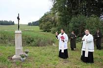 Slavnostní požehnání křížku u obnoveného rybníku.