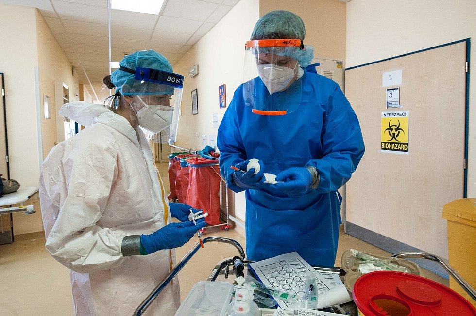 Snímky z víkendové služby v Domažlické nemocnici, konkrétně z chirurgie B, z níž se improvizovaně stala jednotka intenzivní péče.