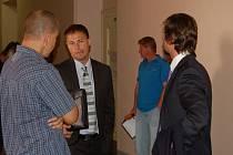 René Chalupník (uprostřed) si vyslechl rozsudek za napadení autobusáka.