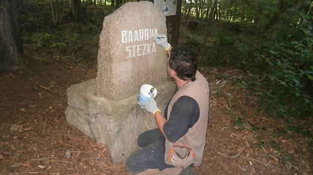 Obnova nápisu Výhledy a kamenů u stezky.