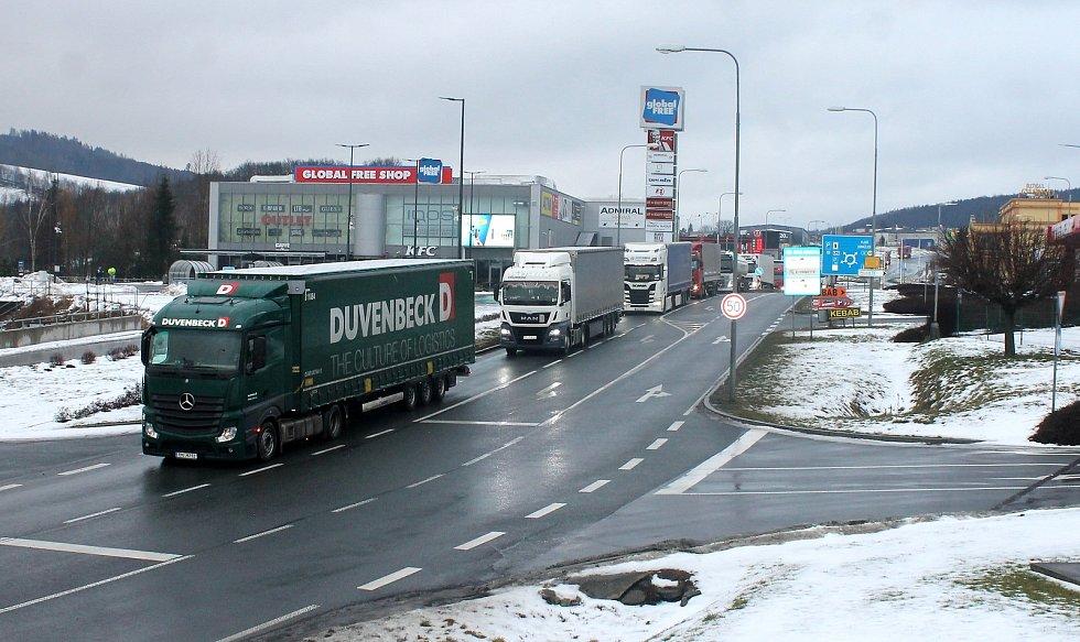 Na hraničním přechodu Folmava se také ve středu ráno tvořily kolony. Situace je ale podle oslovených řidičů už lepší než pondělí. Foto: Deník/Klára Mrázová