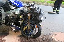 Motocyklista se vyhýbal autu a havaroval. Naštěstí se zranil jen lehce. Nehoda se stala mezi Kdyní a Němčicemi.