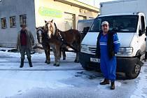 Ve vesnicích za Korábem jsou v zimě po ránu, jak je patrné z archivního snímku, k vidění jen pekaři a pak koňské povozy.