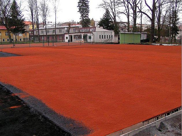 NA STŘELNICI se už budou slavnostně předávat zrekonstruované tenisové kurty.