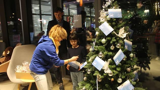Na děti kromě dárků čekalo občerstvení a malá pozornost v podobě vánočních perníčků.