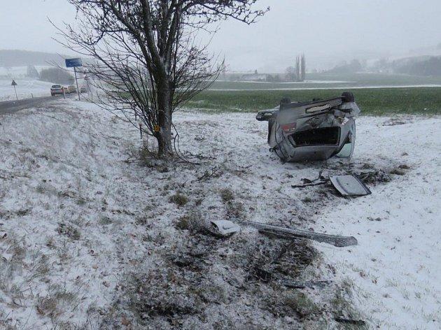 Řidič Golfu u Libkova narazil do stromu a s vozidlem se přetočil na střechu.