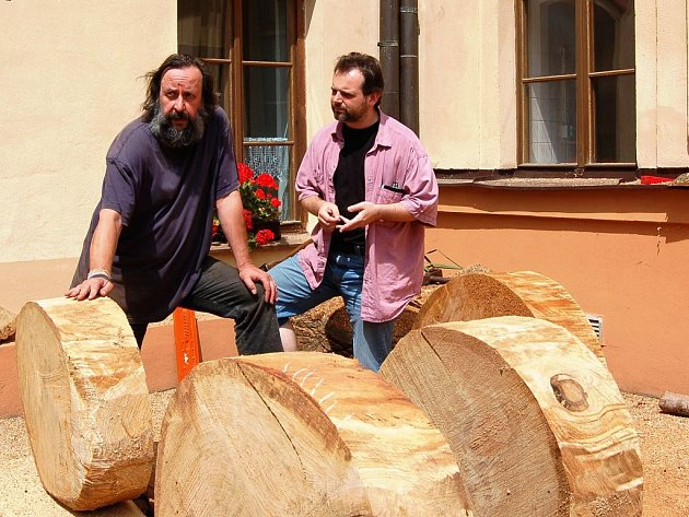 Kamil Jindřich (vpravo) při debatě s duchovním otcem myšlenky domažlických sochařských sympozií Tomášem Tichým.