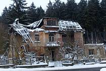 Dům č. 19 v Caparticích už brzy spadne. A není jediný.