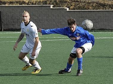 Domácí Tomáš Kohut (vlevo) bojuje o míč s hostujícím Petrem Hassem.