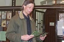 Petr Bílek při přípravě výstavy ve vestibulu domažlické knihovny. Bílka.