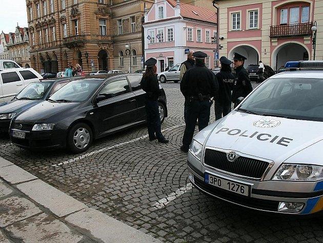 Domažličtí policisté hlídkují u vozidla zesnulého.