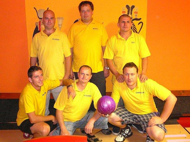 DRUZSTVO ELITEXU se už tradičně řadí do silného středu tabulky Kdyňské bowlingové ligy.