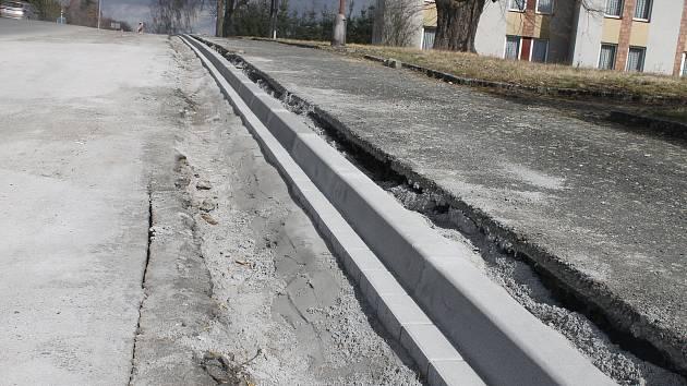 STARÉ OBRUBNÍKY se opravují napříč celou obcí. Až budou hotové, začnou práce spojené s průtahem.