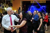 Návštěvníky Městského plesu v Holýšově bavil Roman Vojtek i taneční skupiny.