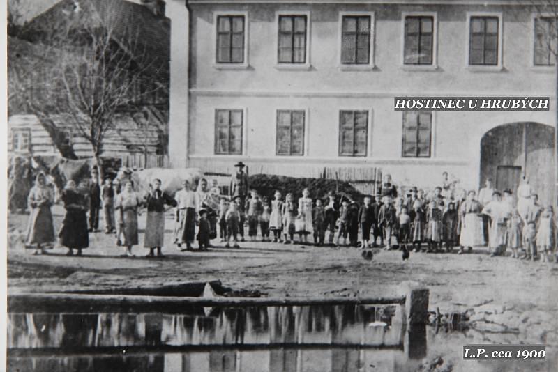 Hostinec u Hrubých kolem roku 1900.