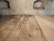 Původní kamenná podlaha, která byla překrytá dřevěným obložením