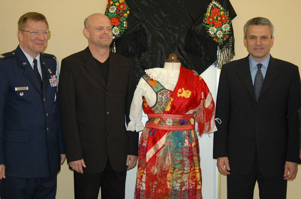 Kroj, který dostal generál Patton v Domažlicích, se v roce 2005 vrátil zpátky na západ Čech. Na snímku je někdejší ministr obrany Karel Kühnl (zcela vpravo) a Zdeněk Roučka (uprostřed) z plzeňského Muzea generála Pattona.