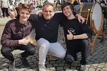 Vítězové bubenické soutěže Mathias Westerdijk (vlevo) a Petr Šerlovský s učitelem Kamilem Jindřichem.