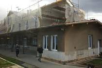 Ve Staňkově bude mít nádražní budova opravenou střechu a novou fasádu a okna.