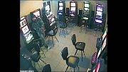 Zloděj ve staňkovské herně má maskáčovou bundu a zřejmě i knír. Foto: PČR