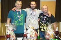 VÍTĚZNÁ TROJICE. Zleva Milan Kucharič, vítěz Radek Hajšman a Marek Schejbal.
