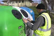 UPOZORNĚNÍ NA NÁDOBÁCH. Pracovníci DTS v těchto dnech vylepují na kontejnery upozornění o kamerovém dohledu.