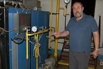 Ředitel Jiří Houška ukazuje v plynové kotelně jedno z míst, kde citlivé čidlo zaznamenalo mikroúnik plynu.
