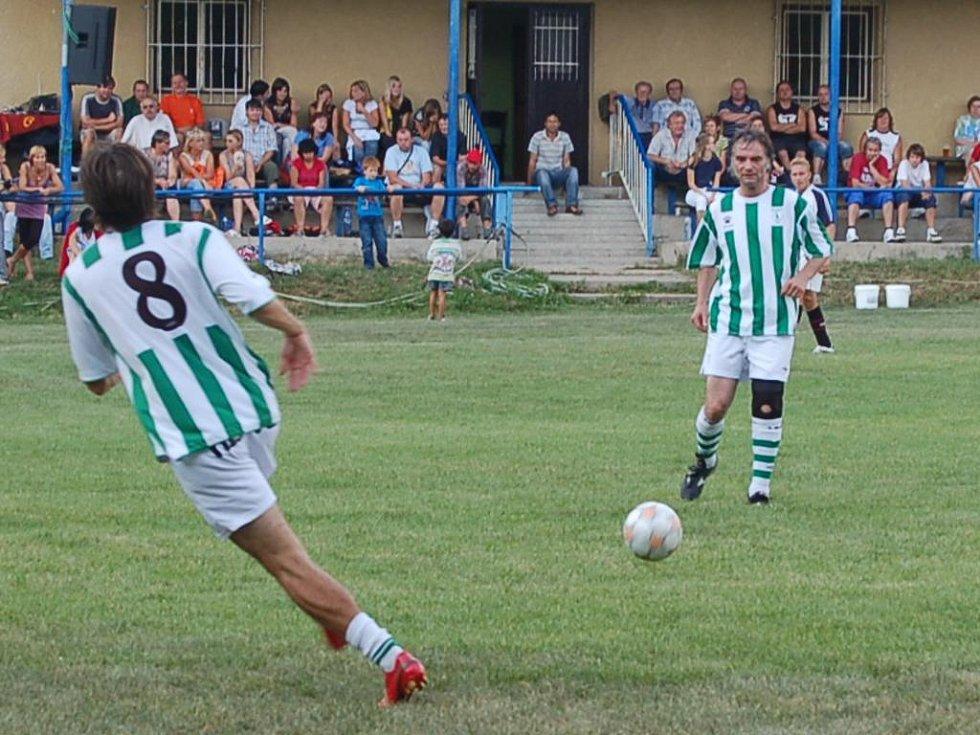 Jan Morávek (vlevo) pomohl týmu FC Pražský nářez k vítězství dvěma góly. Na snímku přebírá přihrávku od Ivana Trojana. Foto: Miroslava Vlčková