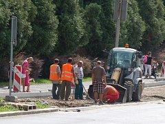 RENOVACE. I včera dělníci pokračovali v rekonstrukci parkovacích míst v ulici Elišky Krásnohorské (pod ´Golemem´).