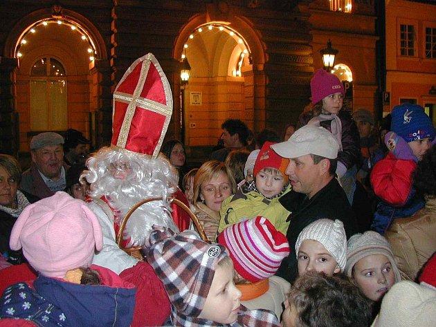DOMAŽLICKÝ MIKULÁŠ V OBLEŽENÍ. Na jeho příjezd čekává na náměstí Míru spousta lidí, hlavně pak dětí.