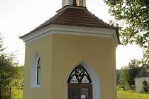 Opravená kaplička Podrážnice.