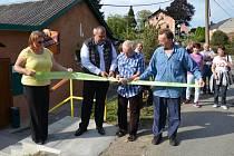 Otevření nové kuželny. Pásku přestřihli starosta Bělé  Libor Picka a předseda TJ Sokol Újezd Svatého Kříže Jaroslav Získal.