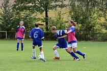 Dívčí fotbalový tým Sokola Újezd (na snímku v růžových rozlišovacích dresech v utkání proti Sokolu Pocinovice) překvapivě v neděli vyhrál v Mrákově nad domácím B-týmem a opustil poslední příčku tabulky okresního přeboru mladších žáků.