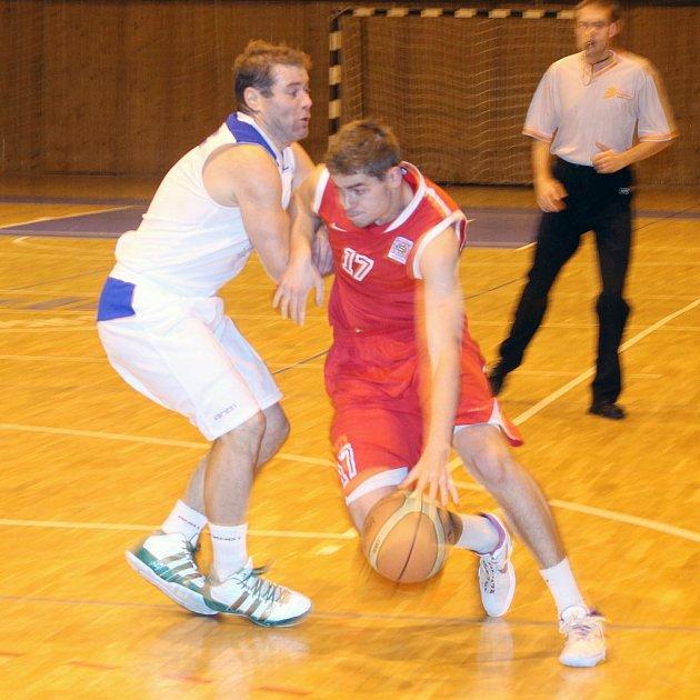 Domažlický Michal Vaněk brání výtečného Filipa Haladu, jednoho ze strůjců vítězství Sparty Praha ve 4. kole Českého poháru v basketbalu.