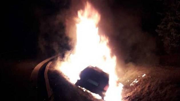Auto vzplálo po dopravní nehodě.