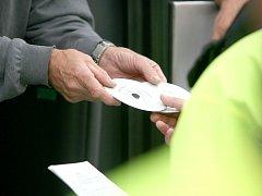 Policie kontroluje kotoučky z tachografu. Ilustrační foto.