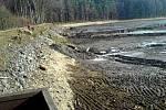 Z TĚŽBY BAHNA Z PŘÍRODNÍHO KOUPALIŠTĚ BABYLON. V těchto místech by už měla být koncem dubna voda, aby v půli května mohlo začít koupání.