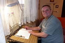 JOSEF KOPECKÝ u stolku, který si pořídil speciálně pro psaní obecní kroniky.