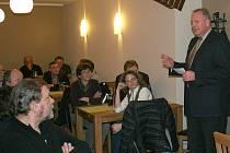DEBATA V GLEISSENBERGU. Druhou únorovou neděli představili kandidáti Hohenbogenliste své záměry a cíle v gleissenbergské hospodě. Jejich občany hojně navštívené shromáždění navštívil znovukandidující zemský rada okresu Cham Franz Löffler (vpravo).